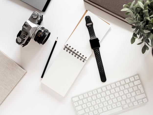 Desktop com notebook e relógio