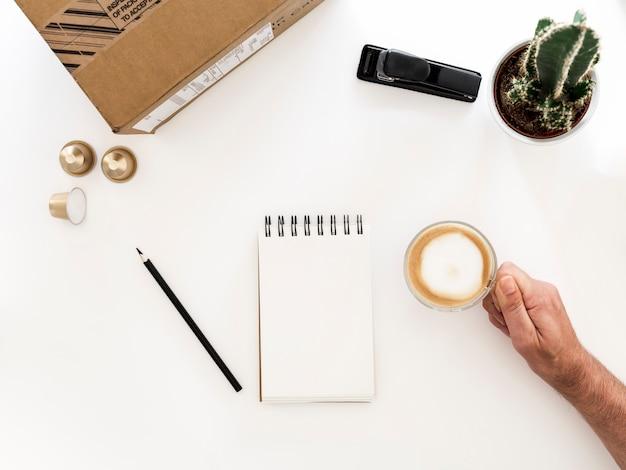 Desktop com notebook e xícara de café