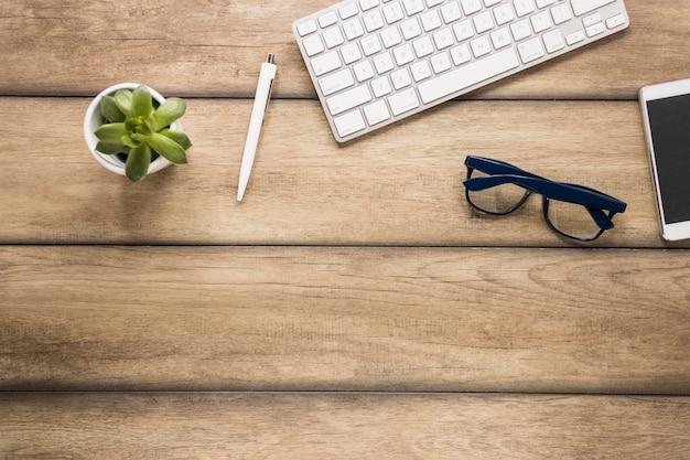 Desktop com teclado e smartphone