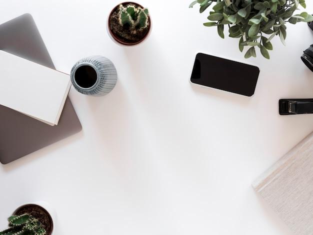 Desktop com telefone celular