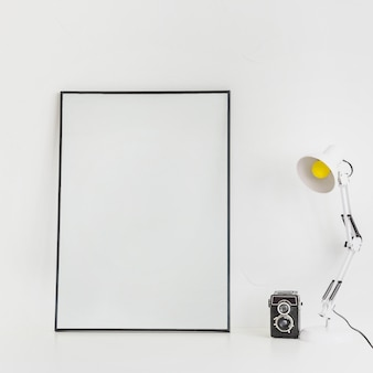 Desktop minimalista com quadro branco e lâmpada