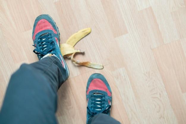 Deslizamento da perna em casca de banana e acidente b