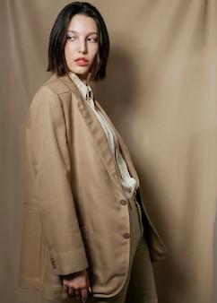 Deslumbrante mulher posando de terno