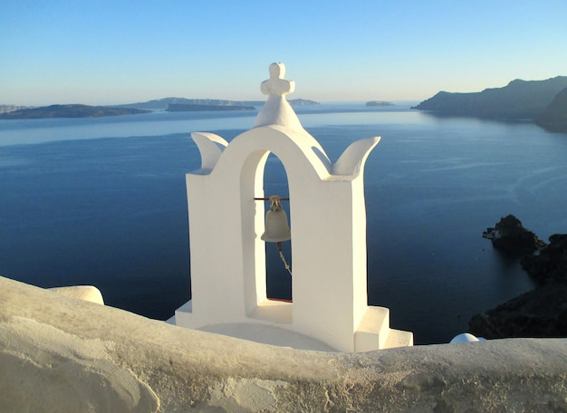 Deslumbrante, vista, de, igreja branca pura, contra, mar azul, e, céu, ilha santorini, grécia