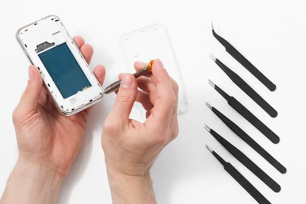 Desmontagem de smartphone com ferramentas especiais