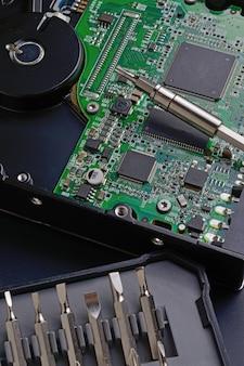 Desmontagem do disco rígido com uma chave de fenda e reparo