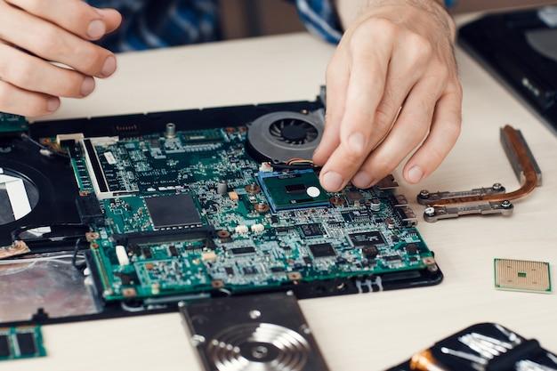 Desmontagem do laptop. oficina.