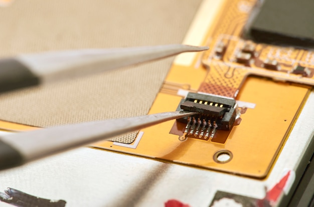 Desmontagem do smartphone que mostra a placa elétrica para dentro. o telefone está consertando