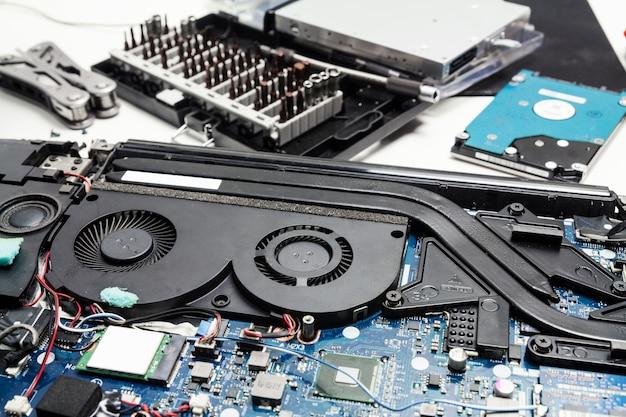 Desmontando e consertando um laptop, limpando o sistema de resfriamento do laptop