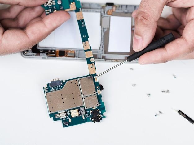 Desmontando uma placa de circuito com defeito para reparo