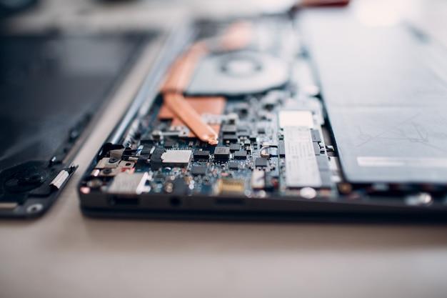 Desmontar e reparar laptop. serviço, sistema de refrigeração de reposição, ventilador e pasta térmica.