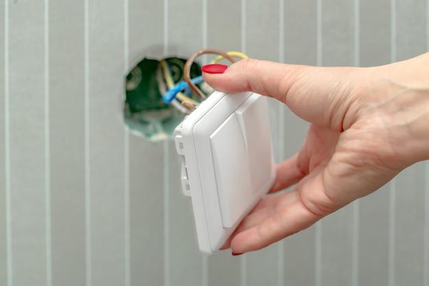 Desmonte o interruptor na mão feminina