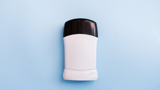 Desodorante masculino ou antiperspirante em fundo azul