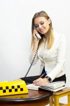 Despachante de garota de táxi e outros materiais sobre o tema do táxi
