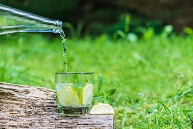 Despejando água em um copo