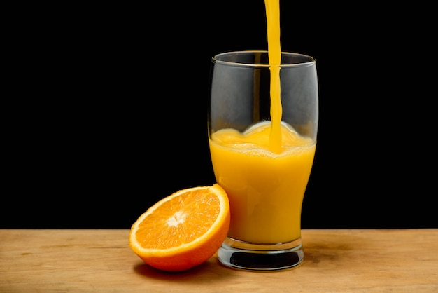 Despejando suco de laranja em vidro