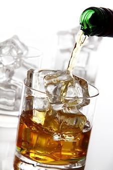 Despejando uísque no copo