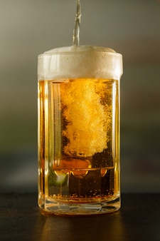 Despejando um copo de cerveja