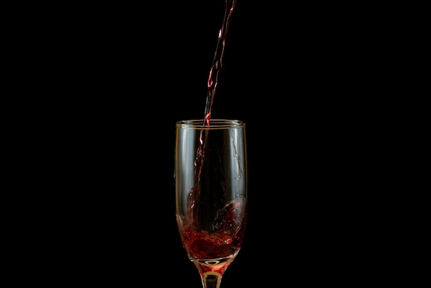 Despejando um copo de vinho tinto delicioso