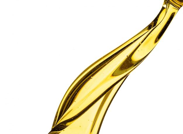 Despejar o motor de carro de óleo de respingo ou azeitona vegetal isolado no fundo branco
