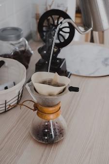 Despeje a água quente sobre o rif coffee