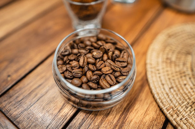 Despeje água quente no café., pingue o café em uma mesa de madeira em casa