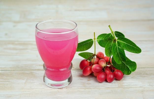 Despeje iced karanda suco de fruta coloque um copo de bengalacurrants carandasplum karanda