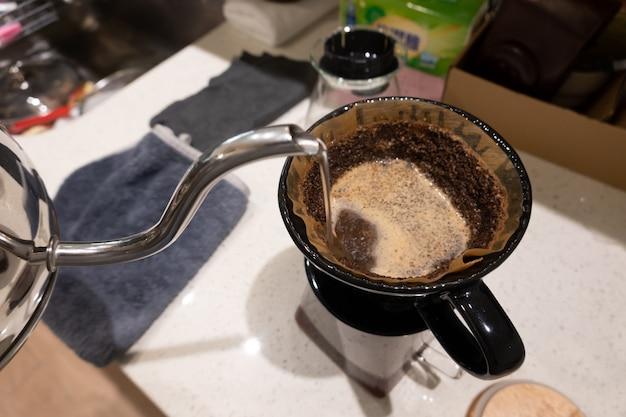 Despeje o conceito de café com água na mesa