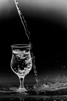 Despeje o copo de água