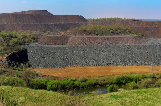 Despejos de minério de pedra e grandes detritos de rocha.