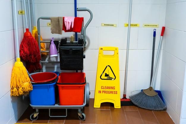 Despensa mais limpa. esquadrões de balde e outros equipamentos de limpeza