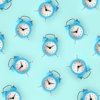 Desperdiçando o conceito de tempo. muitos despertador azul