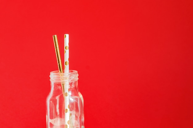 Desperdício zero. reciclável de papel beber canudos de festa em garrafa de vidro vintage em vermelho