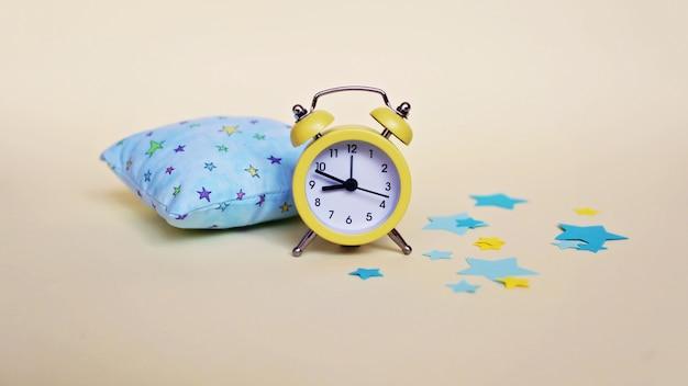 Despertador amarelo e luz - travesseiro azul