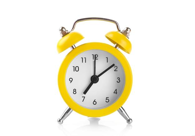 Despertador amarelo isolado no branco
