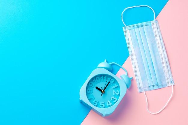 Despertador azul e máscara médica