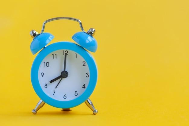 Despertador azul em amarelo