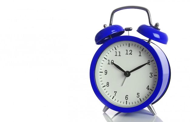 Despertador azul isolado no branco