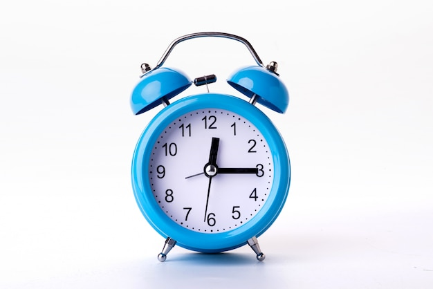 Despertador azul no fundo branco