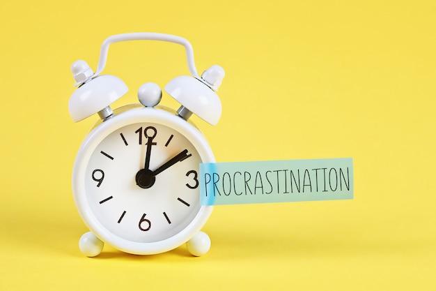 Despertador branco com procrastinação de texto.