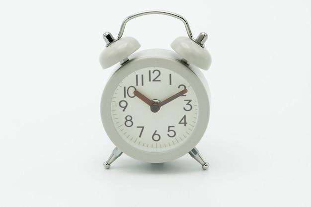 Despertador branco vintage no fundo branco