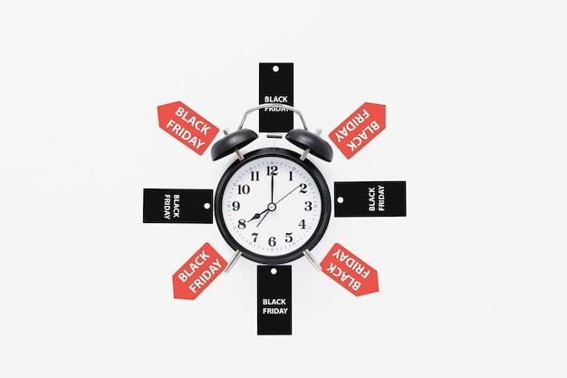 Despertador, cercado por etiquetas pretas de sexta-feira