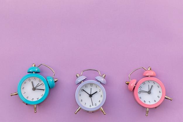 Despertador clássico de design minimalista com três campainhas gêmeas isoladas em violeta roxo