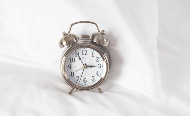 Despertador clássico na cama.