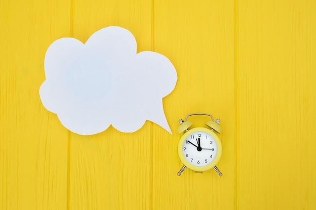 Despertador com bolha do discurso. demorado em comunicação
