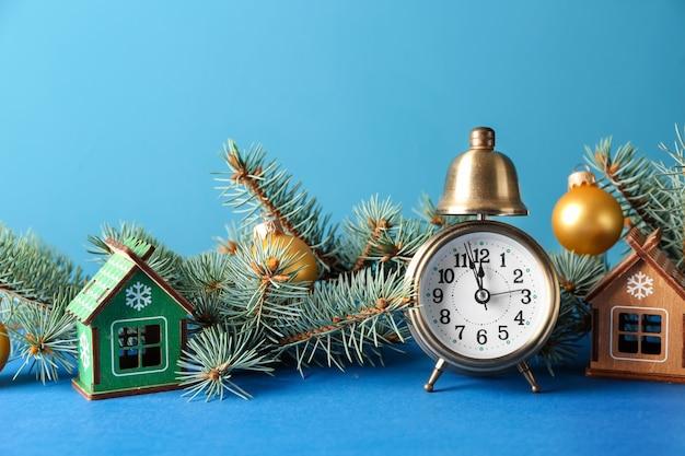 Despertador com decorações festivas na cor.