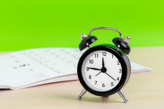 Despertador com páginas de calendário