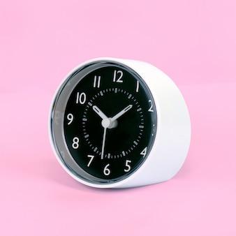 Despertador de design moderno. isto tem um traçado de recorte