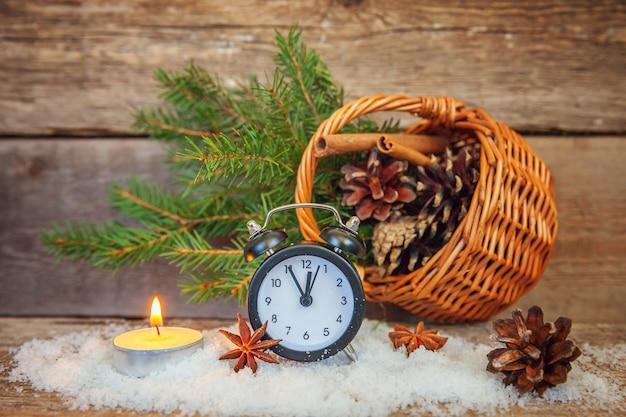 Despertador de objetos de inverno de composição de natal de ano novo em fundo de madeira
