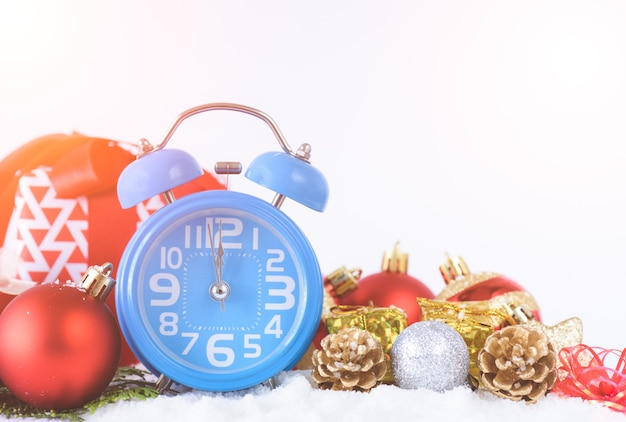 Despertador, decoração do natal e fundo da caixa de presente.
